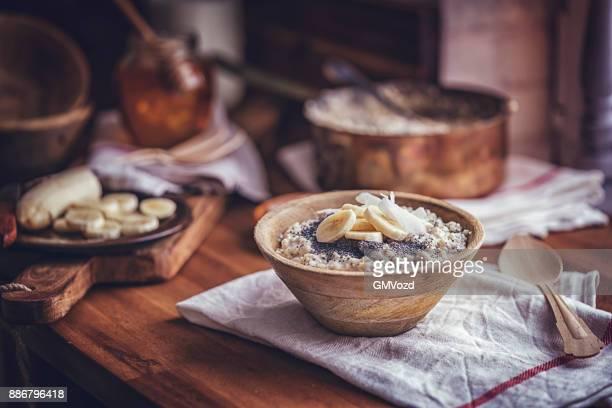 hausgemachte banana coconut brei mit mohn - frühstück stock-fotos und bilder