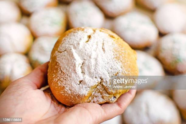 homemade buns with powdered sugar in a wicker basket - sweet bun stock pictures, royalty-free photos & images