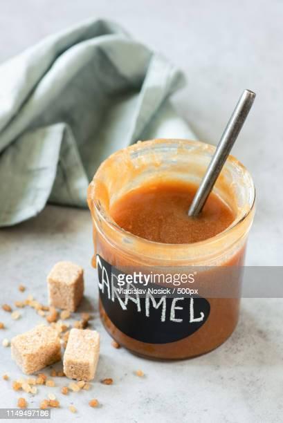 homemade caramel sauce in jar - caramelo de manteiga comida doce imagens e fotografias de stock
