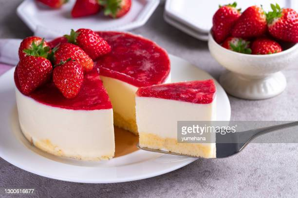 homemade cheesecake with white chocolate and strawberries - mascarpone cheese stock pictures, royalty-free photos & images