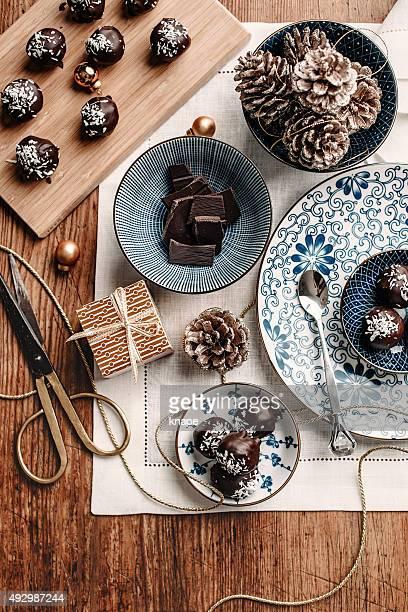 Caramella al cioccolato fatti in casa regalo tavolo alto sopra la testa