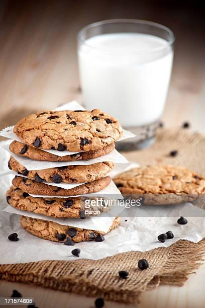 ホームメイドのチョコレートチップクッキーとミルク