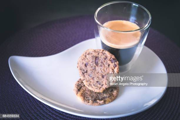 homemade chocolate cookies with a hot black coffee - robin-angelo  photography photos et images de collection