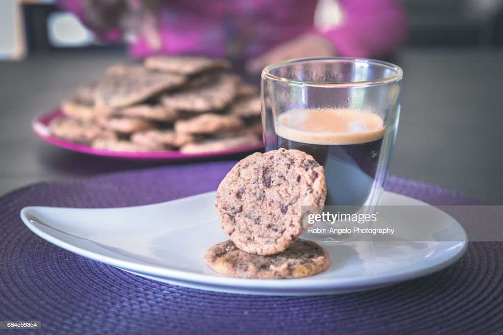 Homemade chocolate cookies with a hot black coffee : Foto de stock