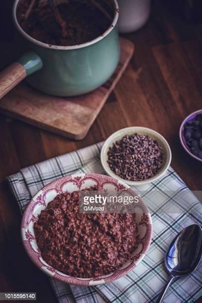 朝食の自家製チョコレートのお粥 - ポリッジ ストックフォトと画像