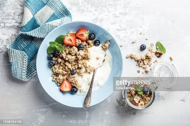 homemade granola on black plate - frühstück stock-fotos und bilder