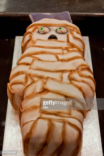 homemade halloween cake, evil dead mummy decoration - magic eye stock pictures, royalty-free photos & images