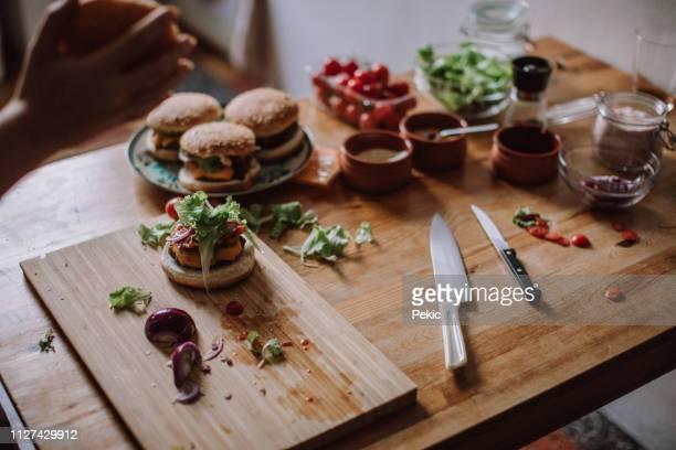 Hausgemachte Hamburger umringt mit frischen Zutaten