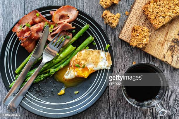 zelfgemaakt gezond ontbijt: gebakken spek, ei en asperges - spek stockfoto's en -beelden