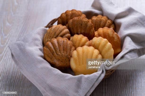 自家製マドレーヌクッキー、茶葉とレモンの皮。選択的フォーカス。 - ペストリー生地 ストックフォトと画像