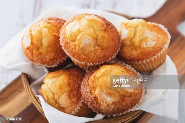 homemade muffins on basket - cris cantón photography fotografías e imágenes de stock