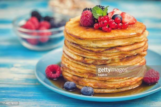 zelfgemaakte pannenkoeken met bessen en ahornsiroop - bes stockfoto's en -beelden
