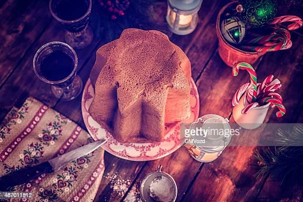 in casa pandoro dolce di natale con zucchero a velo - panettone foto e immagini stock