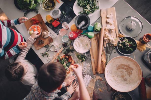 自製比薩晚餐 - 焗 預備食物 個照片及圖片檔