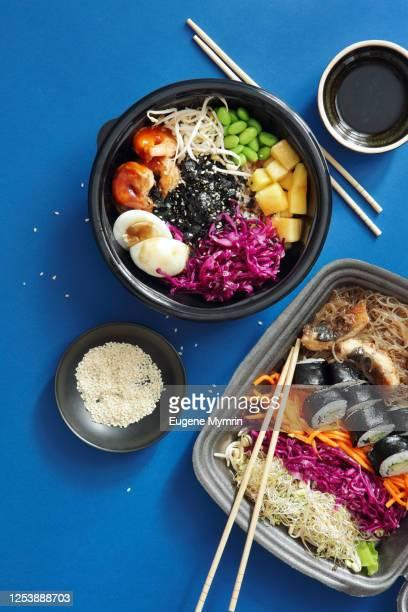 homemade poke noodle salad with unagi eel and poke with grilled prawns - prato de soja - fotografias e filmes do acervo