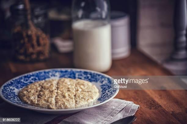 Selbstgemachten Brei mit Milch zum Frühstück