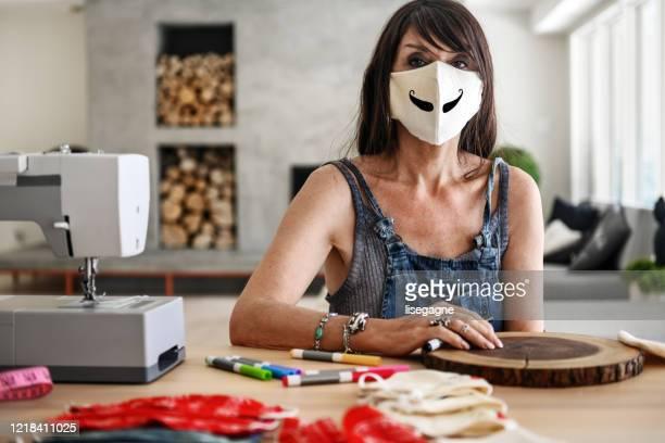 masques de protection faits maison - bricolage humour photos et images de collection