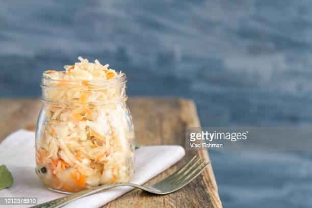homemade russian sauerkraut - kool kool familie stockfoto's en -beelden