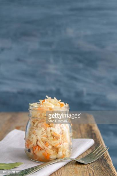 homemade russian sauerkraut - zuurkool stockfoto's en -beelden