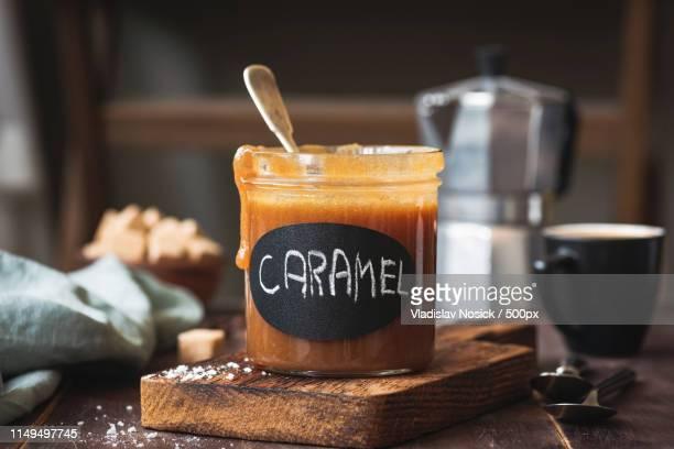 homemade salted caramel sauce in a jar - caramelo de manteiga comida doce imagens e fotografias de stock