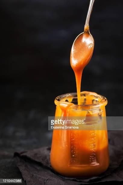 homemade salted caramel sauce in jar - sal de cozinha - fotografias e filmes do acervo