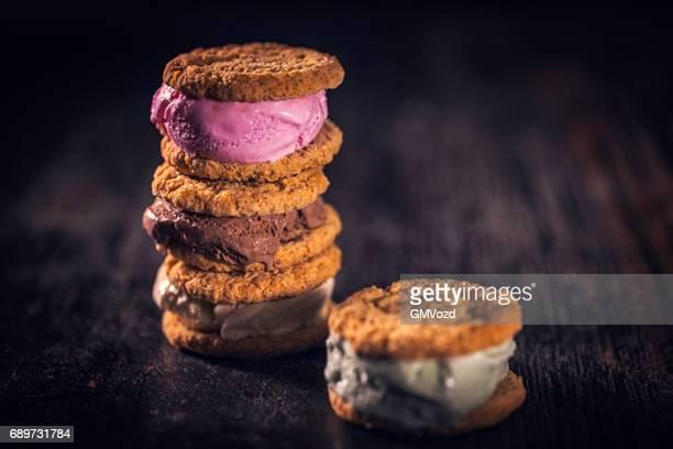 Hausgemachte Erdbeer, Vanille und Schokolade Eis-Sandwich