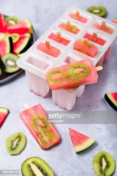homemade watermelon kiwi ice lollies - selbstgemacht stock-fotos und bilder
