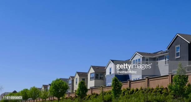 homes in a row - american suburb neighborhood stock-fotos und bilder