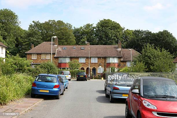 uk homes on cul-de-sac with cars parked. - cul de sac stock pictures, royalty-free photos & images