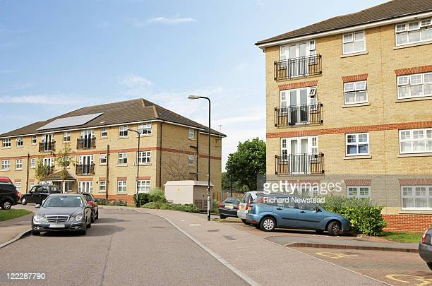 homes with cars parked, uk - fermo foto e immagini stock