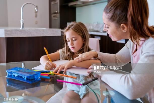 homeschooling during lockdown due to covid-19 - izusek imagens e fotografias de stock