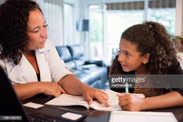 """homeschooling für gemischtrassige teenager-mädchen mit mutter. - """"martine doucet"""" or martinedoucet stock-fotos und bilder"""