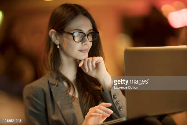 femme d'ordinateur portable de nuit de devoirs - hot desking photos et images de collection