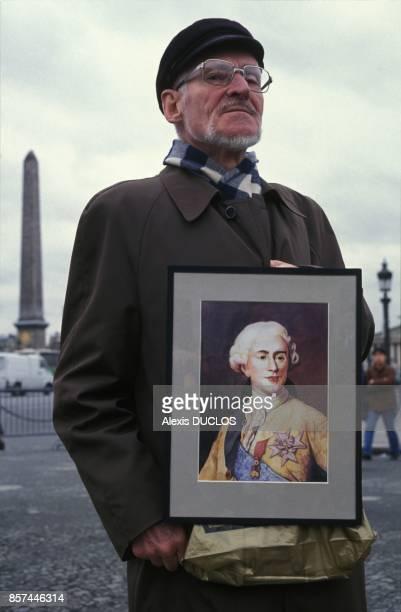 Hommage d'un vieil homme a Louis XVI Place de la Concorde le jour du 200e anniversaire de sa mort le 21 janvier 1993 a Paris France