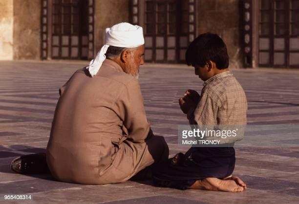 Homme avec son fils dans le sahn de la Grande Mosquée d'Alep Syrie