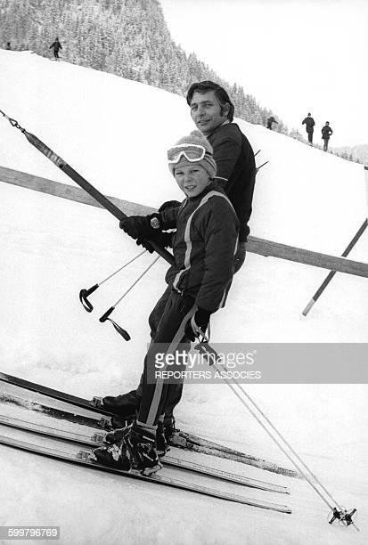 L'homme d'affaire suisse Gunter Sachs avec son fils Ralph aux sports d'hiver