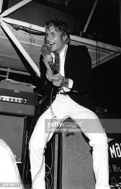 L'homme d'affaire suisse Gunter Sachs chantant sur scène