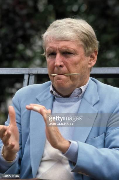 Homme d'affaires et avocat Mark McCormack assistant à un match de tennis de sa femme Betsy à Roland Garros en mai 1987 à Paris, France.