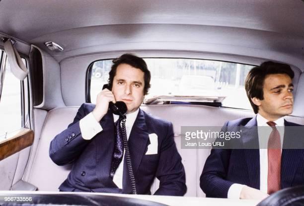 Homme d'affaires Paul-Loup Sulitzer entrain de téléphoner depuis le siège arrière de sa Rolls-Royce, circa 1980, France.