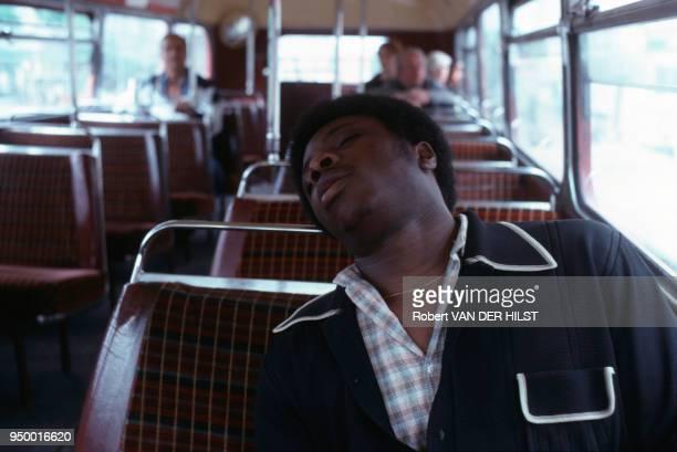 Homme endormi dans un autobus de Londres RoyaumeUni