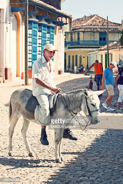 Homme et son âne qui ce baladait tranquillement en pleine rue de Trinidad.