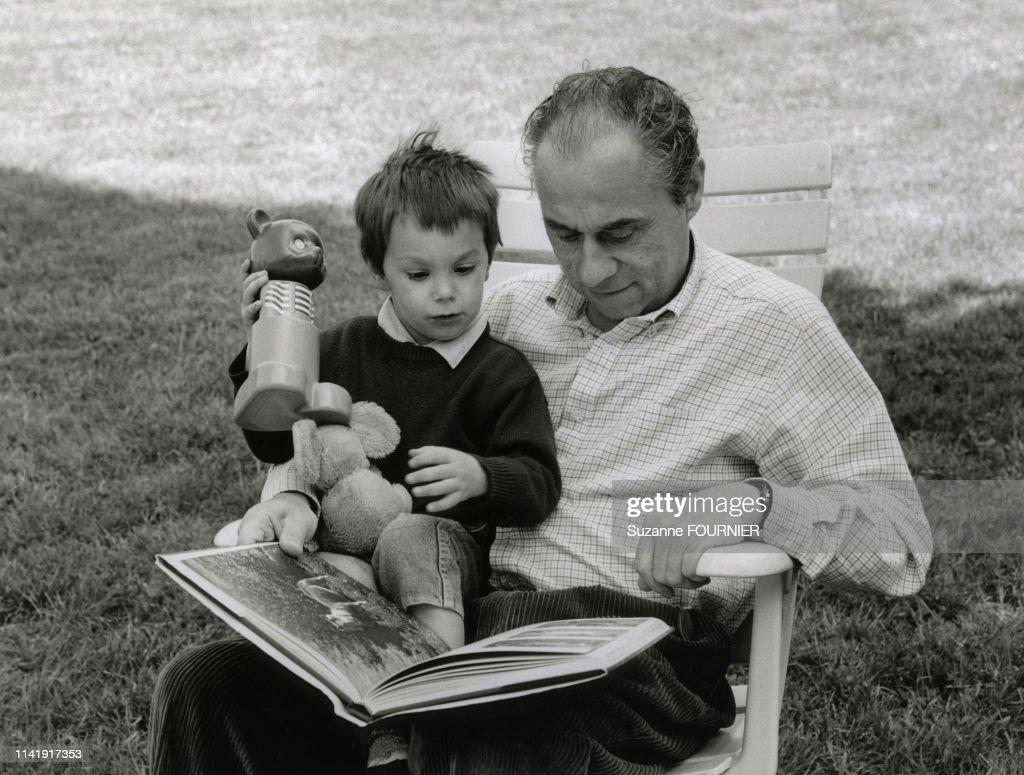 """Résultat de recherche d'images pour """"homme age lisant aux enfants"""""""