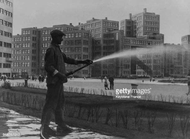 Homme nettoyant à l'eau la place centrale de Kharkov URSS en 1934