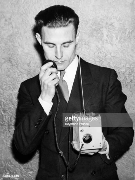 Homme portant un poste de radio portatif et léger aux EtatsUnis en 1935