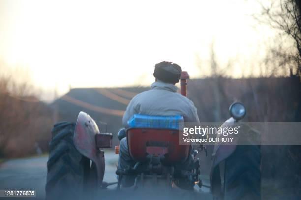 Homme sur la route sur son tracteur dans la campagne aux environs de Belgrade, 30 décembre 2017, Serbie.