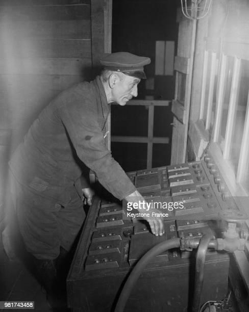 Homme triant électriquement du charbon aux mine de Reden dans la Sarre en France le 27 mars 1947