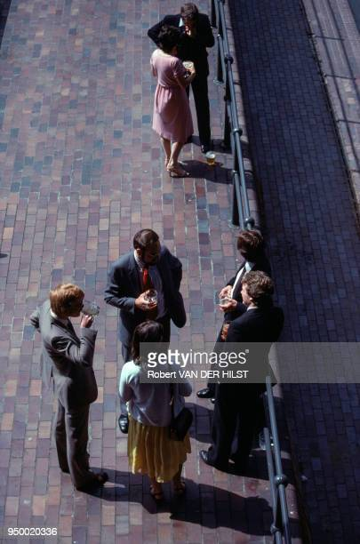 Hommes et femmes d'affaires londoniens au moment de la pause juillet 1981 à Londres Royaume Uni