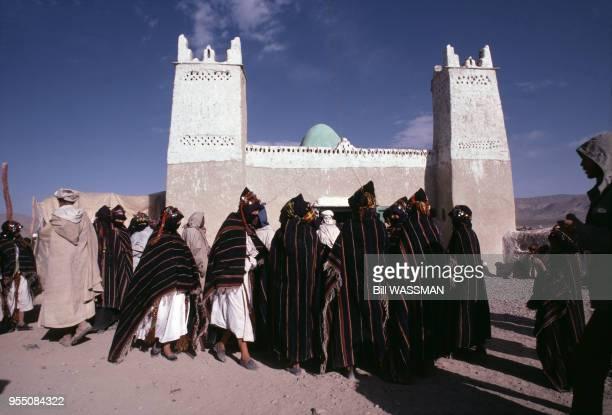 Hommes rassemblés pour le moussem de la fête des fiançailles d'Imilchil en octobre 1985 Maroc