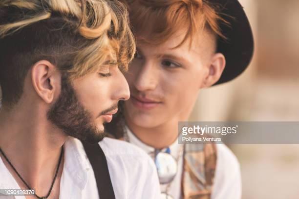 homosexual couple - preconceito racial imagens e fotografias de stock