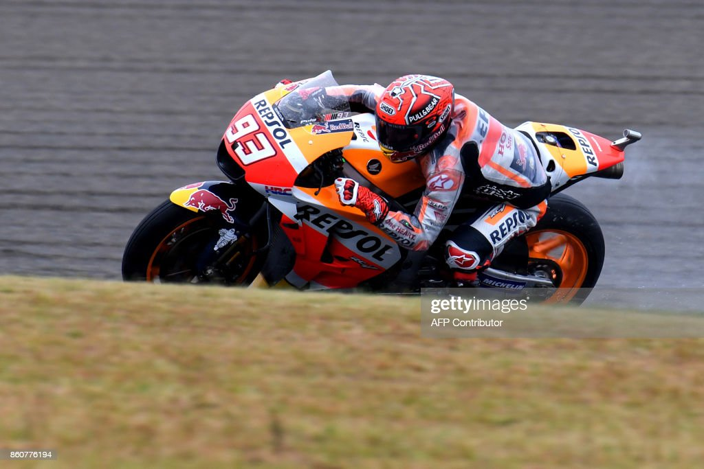 Honda rider Marc Marquez of Spain powers his machine during the second practice session of the MotoGP Japanese Grand Prix at Twin Ring Motegi circuit in Motegi, Tochigi prefecture on October 13, 2017. / AFP PHOTO / Toshifumi KITAMURA